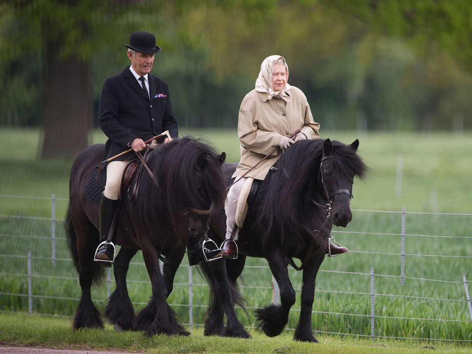 queen-elizabeth-on horseback